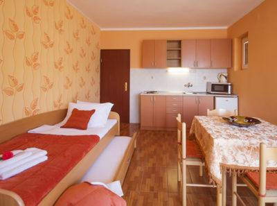 Оранжевый однокомнатный апартамент – с видом на море